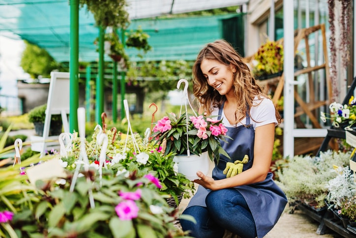 How to Save Money on Plants and Flowers in the Spring
